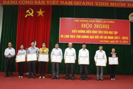 Đ/c Giàng A Tình, TUV, Chủ tịch Hội Nông dân Việt Nam tỉnh tặng Giấy khen cho các tập thể đạt thành tích