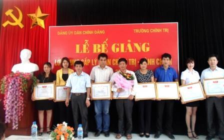 Lãnh đạo Trường Chính trị tỉnh tặng Giấy khen cho các học viên đạt thành tích xuất sắc trong khóa học