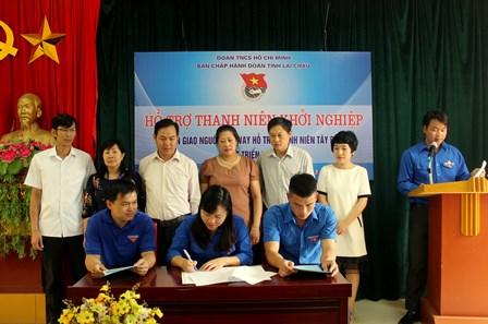 Đại diện lãnh đạo Tỉnh đoàn và đoàn viên thanh niên được hỗ trợ vốn  tham gia ký kết