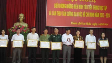 Đ/c Nguyễn Xuân Tú - Phó Bí thư, Chủ tịch UBND Thành phố trao giấy khen cho các cá nhân điển hình trong thực hiện Chỉ thị 03-CT/TW