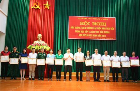 Đồng chí Nguyễn Ngọc Dũng- TUV, Bí thư Huyện ủy Than Uyên trao Giấy khen cho các tập thể có thành tích tiêu biểu trong học tập và làm theo tấm gương đạo đức Hồ Chí Minh