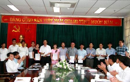 Đồng chí Vũ Văn Hoàn - Phó Bí thư Tỉnh ủy đã trao Quyết định tiếp nhận cho các học viên (ảnh: KK-BLC)