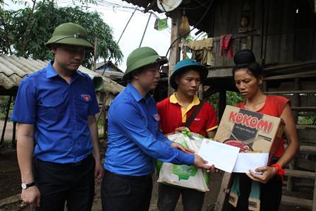 Lãnh đạo Trung ương Đoàn, Tỉnh Đoàn trao quà cho các hộ ở bản Nậm Há 1  (xã Noong Hẻo, huyện Sìn Hồ)