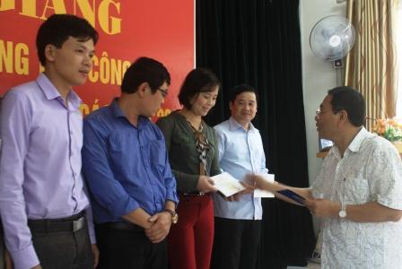 Đại diện lãnh đạo Trường Cán bộ Thanh tra trao chứng chỉ cho học viên