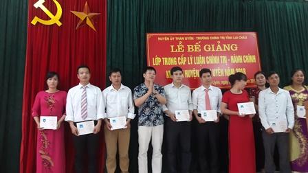 Hiệu trưởng Trường Chính trị tỉnh trao bằng tốt nghiệp cho các học viên hoàn thành khóa học