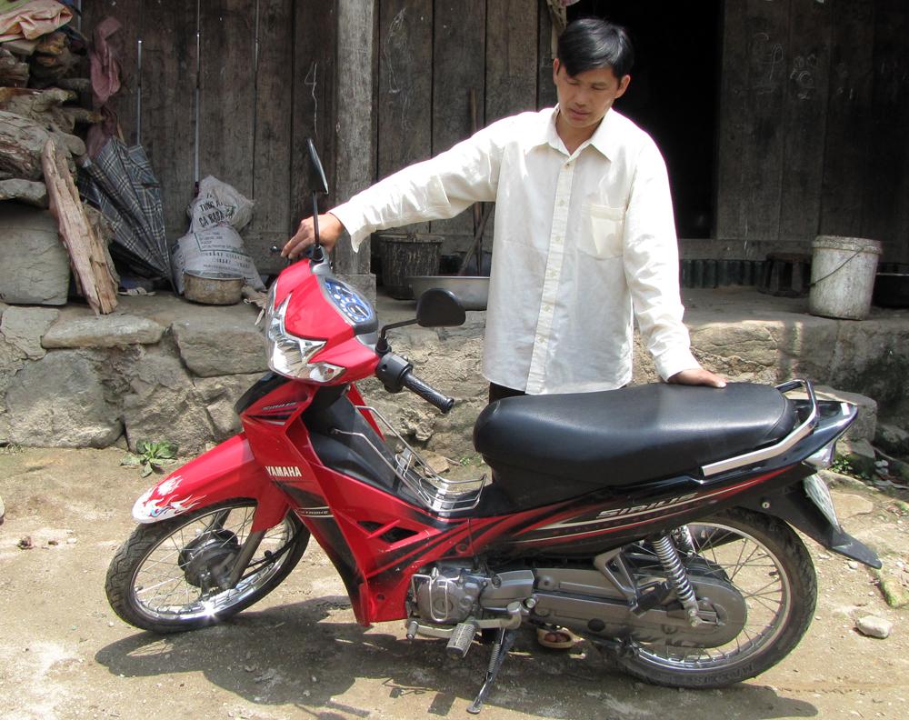 Ảnh: Nhờ có người nhà đi xuất khẩu lao động gửi tiền về mà gia đình anh Sùng A Chinh ở bản Hợp 1 xã Dào San đã mua sắm được trang thiết bị phục vụ cuộc sống