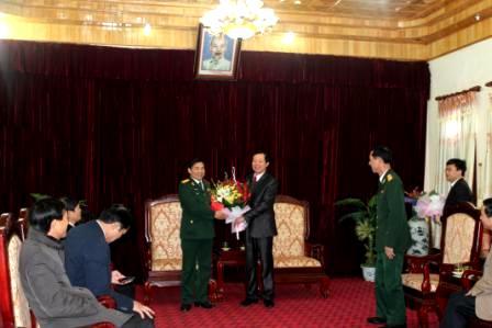 Đồng chí Lò Văn Giàng - Ủy viên TW Đảng, Bí thư Tỉnh ủy, tặng hoa chúc mừng cán bộ, chiến sỹ Bộ Chỉ huy Quân sự tỉnh