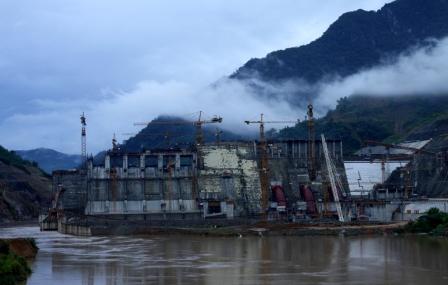 Thủy điện Lai Châu đang dần hình thành nơi thượng nguồn sông Đà và trở thành niềm tự hào của đồng bào các dân tộc Lai Châu