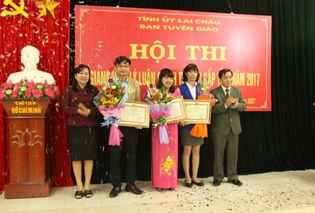 Lãnh đạo Ban Tuyên giáo Tỉnh ủy trao giải Nhất, Nhì  cho các thí sinh đoạt giải