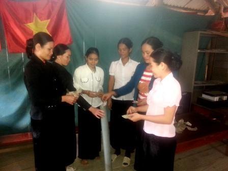 """Mô hình """"ống tiền tiết kiệm"""" của chi hội phụ nữ bản Nà Lang - xã Bum Nưa"""