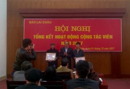 Đồng chí Khoàng Văn Thành,TBT Báo Lai Châu tặng Giấy khen  cho tập thể và cá nhân có thành tích xuất sắc trong công tác phối hợp  tuyên truyền và hoạt động cộng tác viên năm 2017