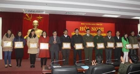 Lãnh đạo Ban Tuyên giáo Tỉnh ủy tặng Giấy khen cho các tập thể có thành tích xuất sắc trong thực hiện nhiệm vụ công tác tuyên giáo năm 2014 (ảnh: Thu Trang)