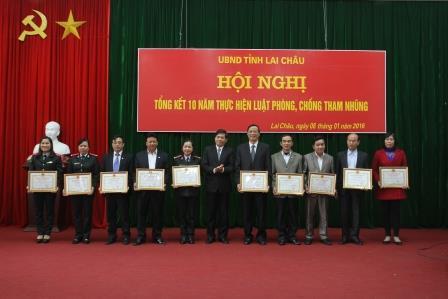 Đồng chí Đỗ Ngọc An - Phó Bí thư Tỉnh ủy, Chủ tịch UBND tỉnh trao Bằng khen cho các cá nhân có thành tích xuất sắc trong thực hiện Luật phòng, chống tham nhũng