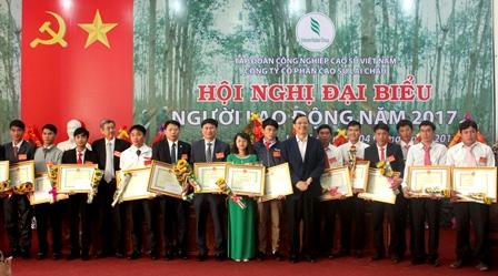 Các đồng chí lãnh đạo đại diện tỉnh, Tập đoàn Công nghiệp cao su Việt Nam trao Bằng khen và tặng hoa chúc mừng các cá nhân thuộc Công ty cổ phần cao su Lai Châu có thành tích xuất sắc trong sản xuất kinh doanh năm 2016