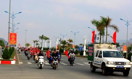 Lực lượng đoàn viên thanh niên diễu hành trên tuyến đường Điện Biên Phủ  (thành phố Lai Châu)