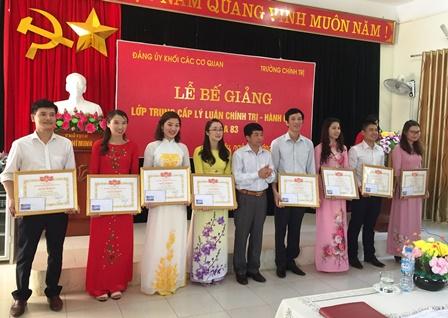 Đồng chí Vũ Ngọc An - Phó Hiệu trưởng trường Chính trị tỉnh trao Giấy khen cho các học viên cho thành tích trong học tập và rèn luyện