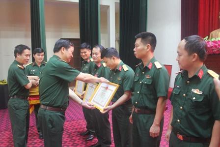 Lãnh đạo Bộ CHQS tỉnh trao giải cho các thí sinh đạt giải tại Hội thi