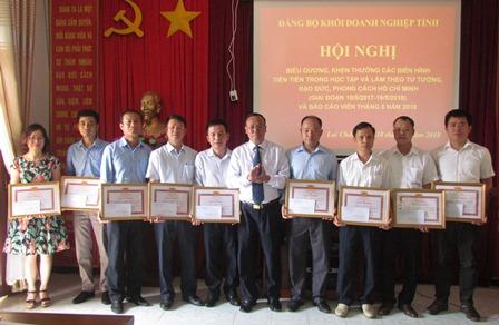 Đồng chí Nguyễn Hữu Mai – Bí thư Đảng ủy Khối Doanh nghiệp tỉnh tặng Giấy khen cho các tập thể có thành tích xuất sắc trong học tập và làm theo tư tưởng, đạo đức, phong cách Hồ Chí Minh