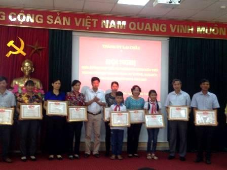 Các cá nhân có thành tích học tập và làm theo Bác  được UBND Thành phố tặng Giấy khen