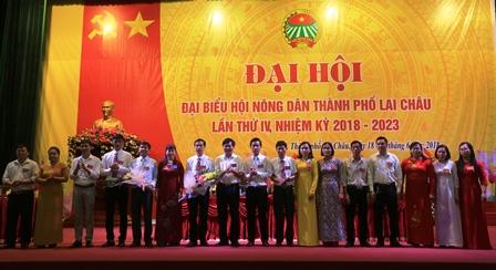 Lãnh đạo thành phố Lai Châu, Hội Nông dân tỉnh tặng hoa chúc mừng Ban Chấp hành Hội Nông dân thành phố Lai Châu khóa IV, nhiệm kỳ 2018-2023