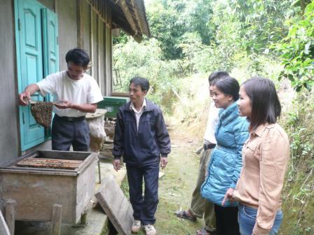 Cán bộ Trung tâm dạy nghề huyện Than Uyên thăm mô hình nuôi ong của người dân khu 10 thị trấn Than Uyên