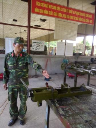Trung úy Nguyễn Xuân Thủy giới thiệu hiệu quả của sáng kiến cải tiến kỹ thuật