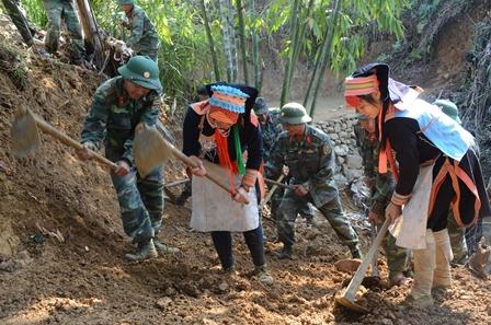 Cán bộ chiến sỹ Bộ chỉ huy Quân sự tỉnh cùng người dân xã Hoang Thèn làm đường sản xuất tại bản Lèng Xuôi Chin