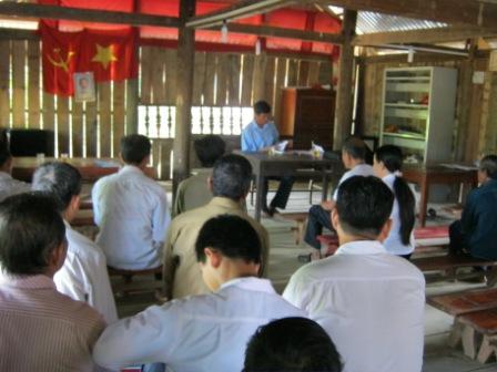 Đồng chí Lý Văn Thắng đang triển khai học tập nội dung chuyên đề đạo đức Hồ Chí Minh cho các đảng viên trong chi bộ
