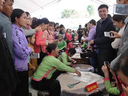 Các đội tham gia thi cắt bánh phở