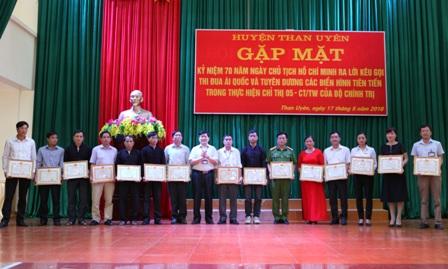 Đồng chí Nguyễn Ngọc Dũng TUV, Bí thư Huyện ủy Than Uyên trao Giấy khen cho các tập thể có thành tích tiêu biểu
