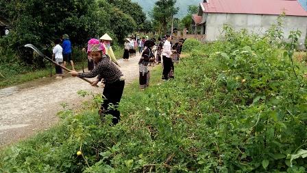 Các hội viên phụ nữ xã Bản Bo phát dọn và khơi thông cống rãnh khu vực ngã ba bản Hưng Phong xuống hết bản Nà Ly