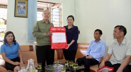 Đồng chí Giàng Páo Mỷ thăm, tặng quà cho thương binh Vũ Trọng Vĩnh, tổ 12, phường Tân Phong