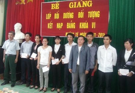 Lãnh đạo Trung tâm Bồi dưỡng chính trị huyện trao Giấy chứng nhận cho các học viên