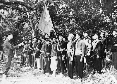 Đồng chí Võ Nguyên Giáp đọc 10 lời thề danh dự của Đội Việt Nam Tuyên truyền Giải phóng quân - tiền thân của Quân đội Nhân dân Việt Nam - tại lễ thành lập đội trong khu rừng Trần Hưng Đạo, Cao Bằng ngày 22/12/1944