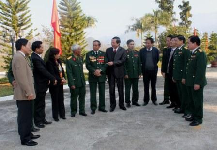 Các đồng chí lãnh đạo tỉnh nói chuyện với các Cựu chiến binh bên lễ buổi gặp mặt