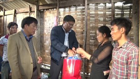 Các đồng chí lãnh đạo của huyện tiền hỗ trợ ban đầu  và 1 số nhu yếu phẩm cho gia đình anh Mè Văn Ngắm