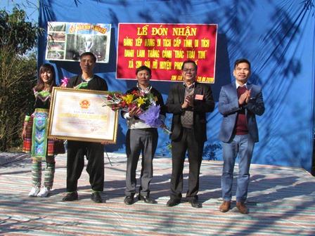 Lãnh đạo Sở VH-TT-DL trao Bằng xếp hạng thác Trái Tim là danh lam thắng cảnh cấp tỉnh cho lãnh đạo xã Sin Suối Hồ