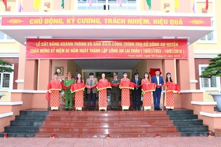 Lãnh đạo Công an tỉnh, huyện Than Uyên cắt băng khánh thành