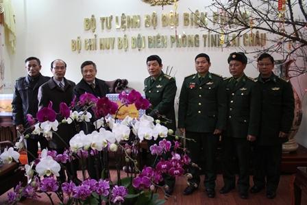 Đồng chí Nguyễn Khắc Chử - Bí thư Tỉnh ủy tặng quà cán bộ, chiến sỹ  Bộ Chỉ huy Bộ đội biên phòng tỉnh