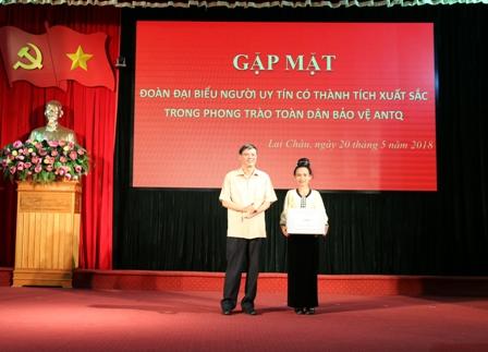 Đồng chí Vũ Văn Hoàn - Phó Bí thư Tỉnh ủy, Chủ tịch HĐND tỉnh tặng quà cho đại diện đoàn đại biểu