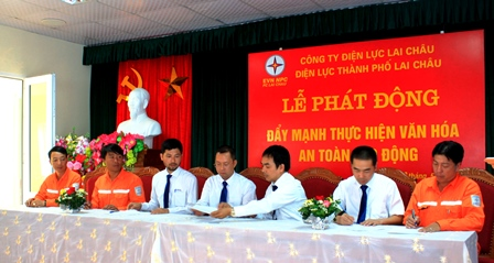 Lãnh đạo Điện lực thành phố Lai Châu, trưởng, phó các phòng chuyên môn và công nhân lao động ký cam kết thực hiện văn hóa an toàn lao động