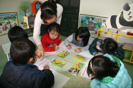 Cô và trò trong tiết tập tô ở lớp mẫu giáo lớn trường Mầm non xã Phúc Khoa, huyện Tân Uyên