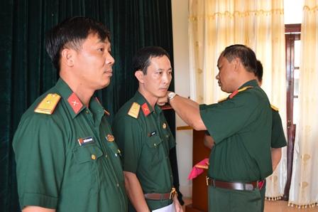 Chủ nhiệm Chính trị - Bộ CHQS tỉnh trao quyết định và gắn quân hàm  cho các đồng chí được thăng quân hàm