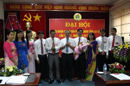 Lãnh đạo Văn phòng UBND tỉnh tặng hoa chúc mừng Ban Chấp hành khóa mới