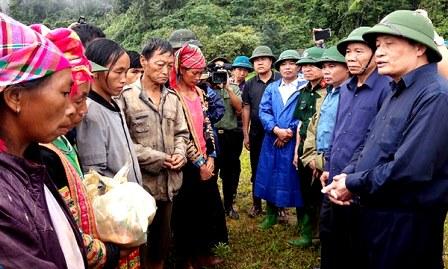 Đồng chí Nguyễn Khắc Chử, Bí thư Tỉnh ủy cùng đoàn công tác của tỉnh thăm hỏi, động viên bà con bản Sáng Tùng bị thiệt hại do sạt lở đất