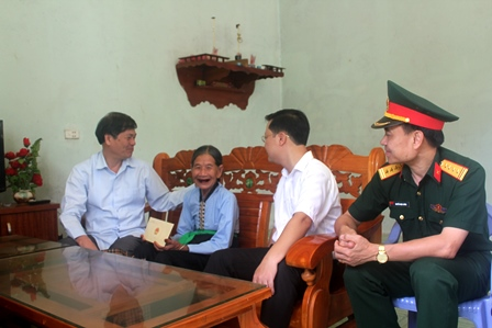 Đồng chí Đỗ Ngọc An, Phó Bí thư Tỉnh ủy, Chủ tịch UBND tỉnh thăm hỏi tặng quà các gia đình chính sách tại huyện Phong Thổ
