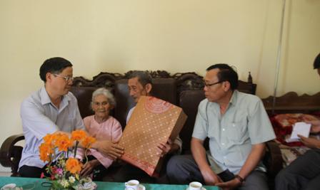 Đồng chí Vũ Văn Hoàn - Phó Bí thư, Chủ tịch HĐND tỉnh thăm tặng quà ông Nguyễn Văn Chân (Bố liệt sỹ) ở tổ dân phố số 5 thị trấn Tân Uyên