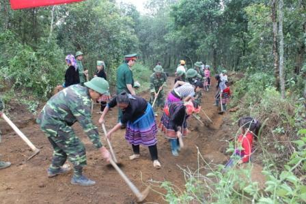 Cán bộ, chiến sĩ Bộ CHQS tỉnh tham gia cùng đồng bào xã Giăng Ma, huyện Tam Đường tu sửa, nâng cấp đường giao thông nông thôn