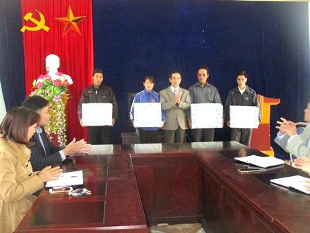Đồng chí Vũ Thế Khiên - Phó Chủ tịch Ủy ban Mặt trận Tổ quốc tỉnh trao quà cho người có uy tín xã Hồ Thầu