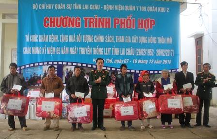 Đồng chí Đại tá Lê Huy Lượng - Phó Bí thư Thường trực Đảng ủy,  Chính ủy Bộ CHQS tỉnh tặng quà gia đình chính sách tại xã Hoang Thèn, huyện Phong Thổ